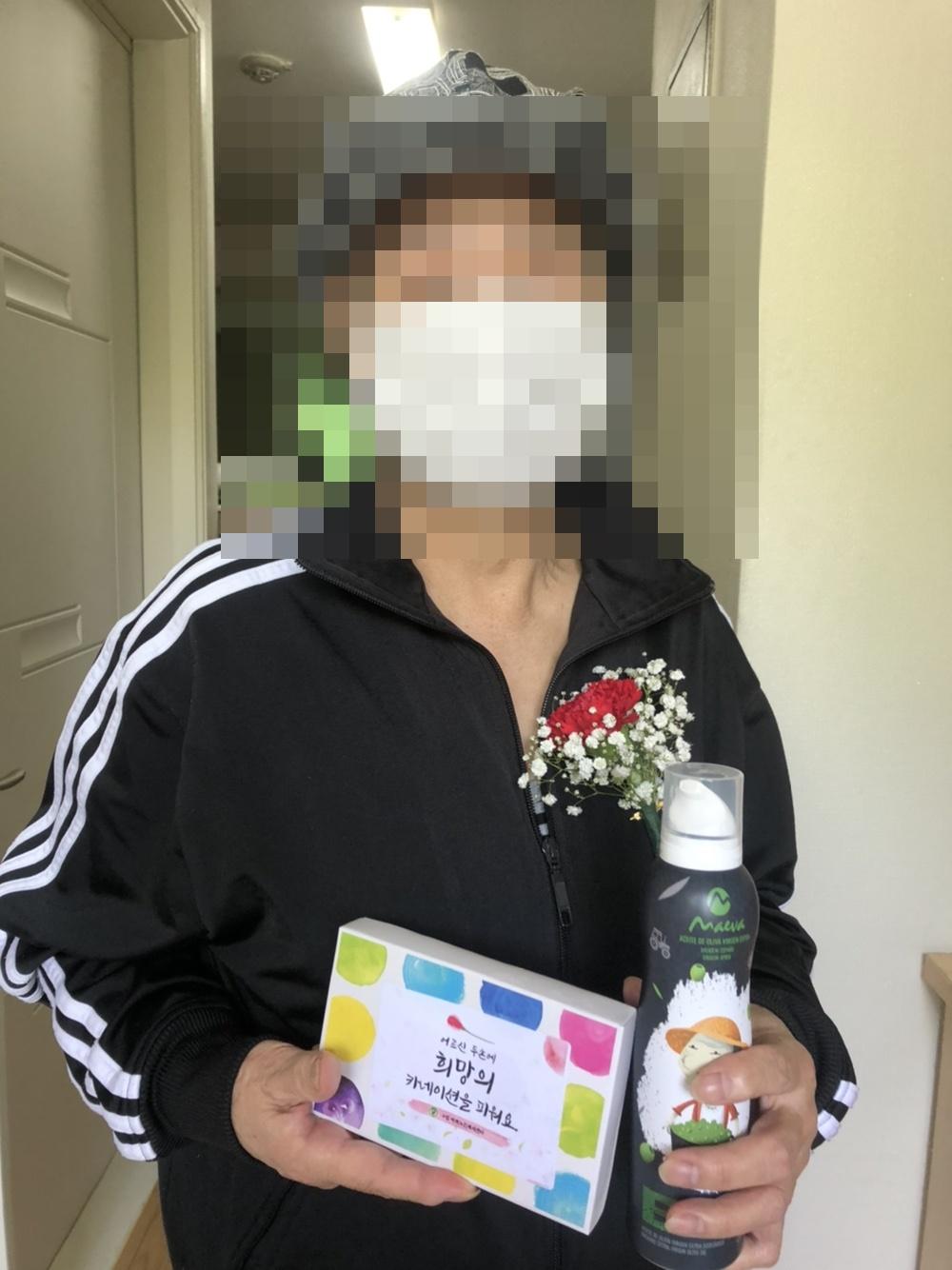 [재가지원] 2021년 어버이날 기념 '카네이션 달아드리기 실시'
