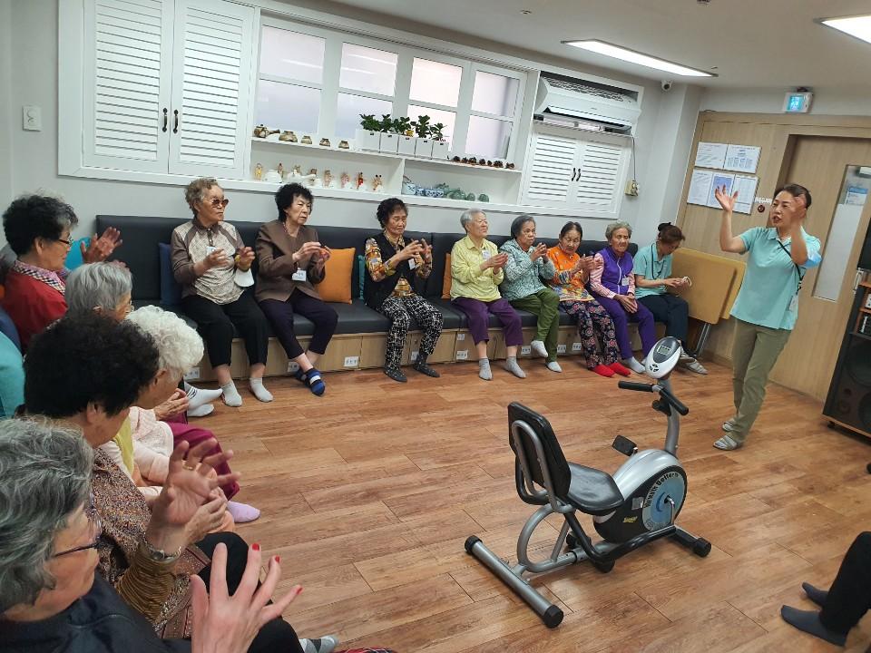 [데이] 신체기능향상 프로그램 '어르신 건강체조'