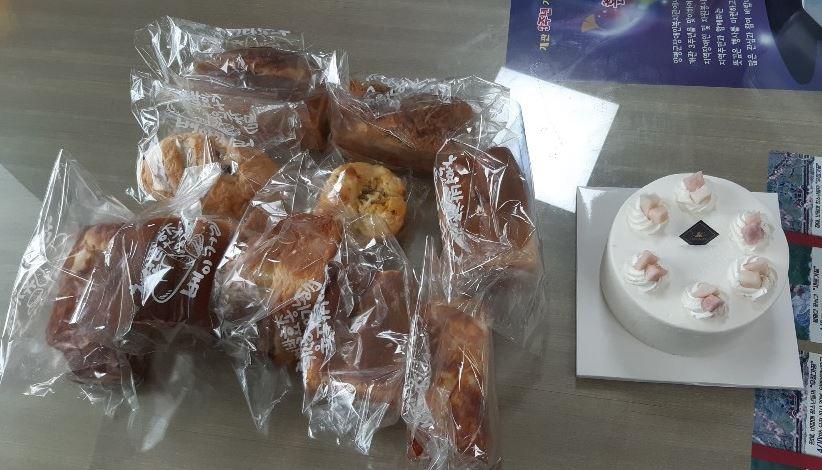 안다미로베이커리에서 빵류 및 케이크를 후원해주셨습니다