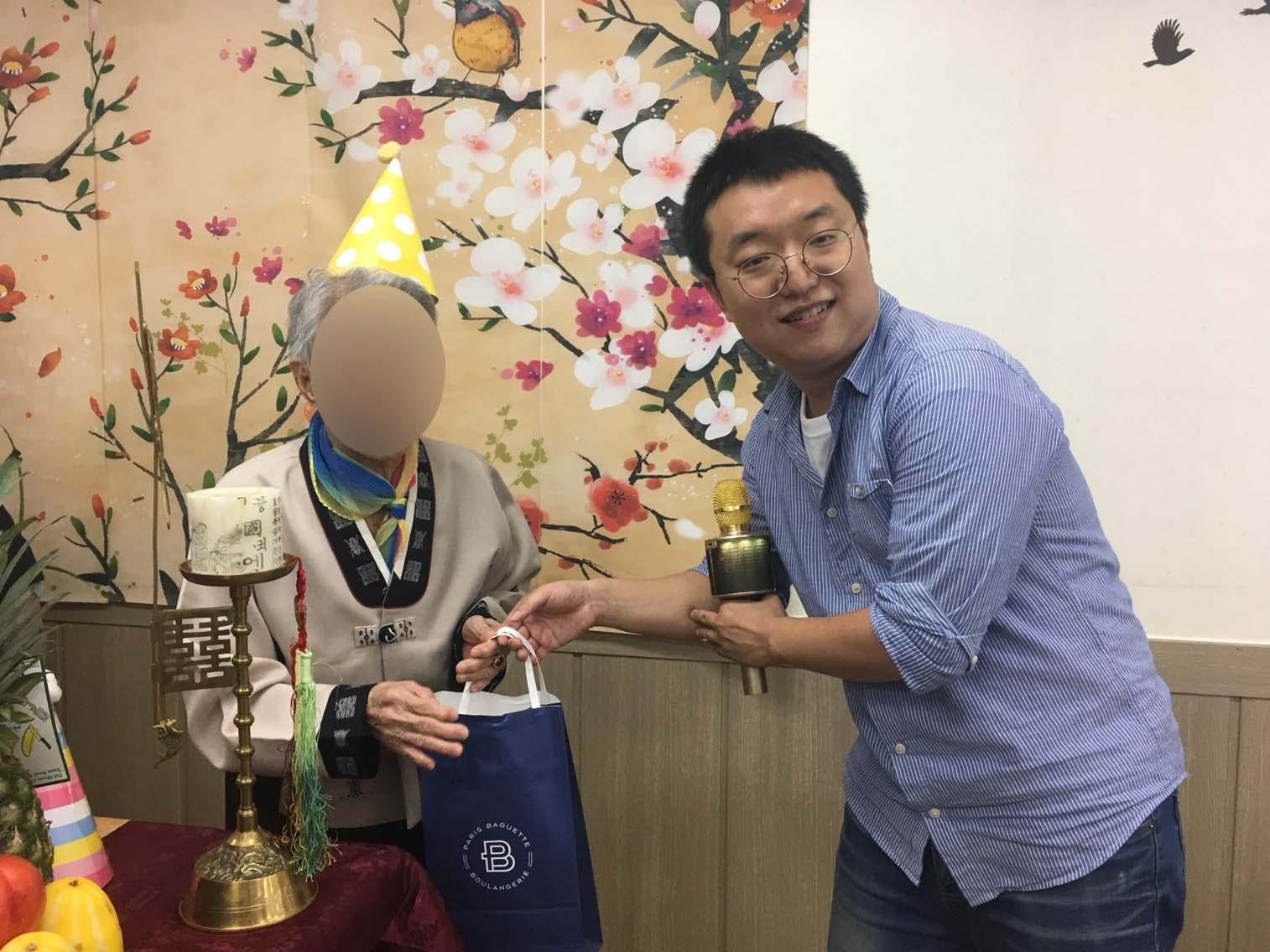 선물증정도 해드렸습니다. 어르신 축하드려요 ^^ 오래오래 만수무강하세요~!