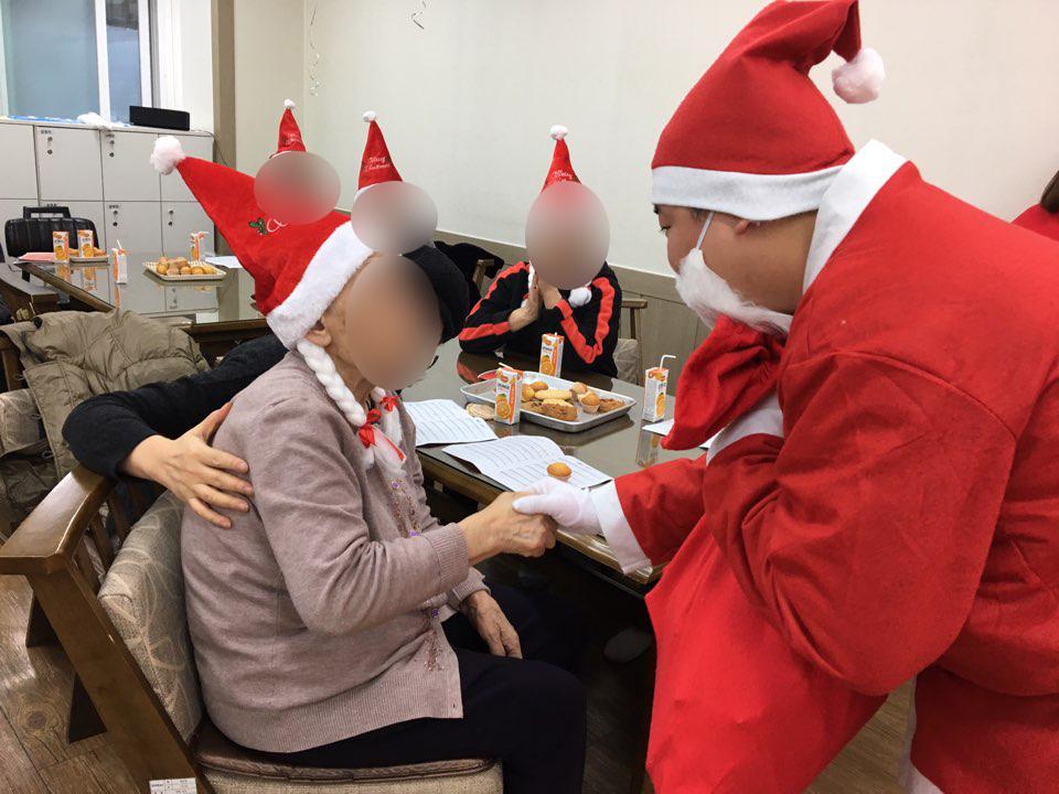 어르신들께 선물을 나눠드리는 산타클로스 아이처럼 좋아하십니다
